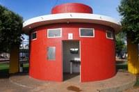 Marcos Vargas pede a instalação de portas no banheiro público da praça Ilberto Effting